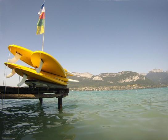 Stand Up Paddle boards Naish Nalu & Mana sur un ponton à Sevrier