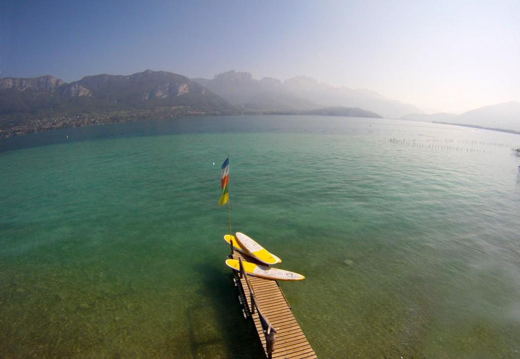 Ponton de départ pour les locations de Stand Up Paddle à Sevrier, sur les rives du lac d'Annecy