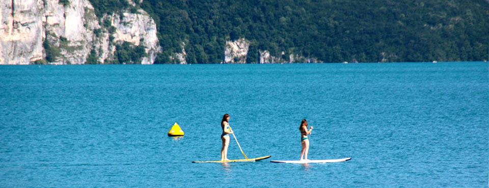 2 filles en paddle sur le lac d'Annecy